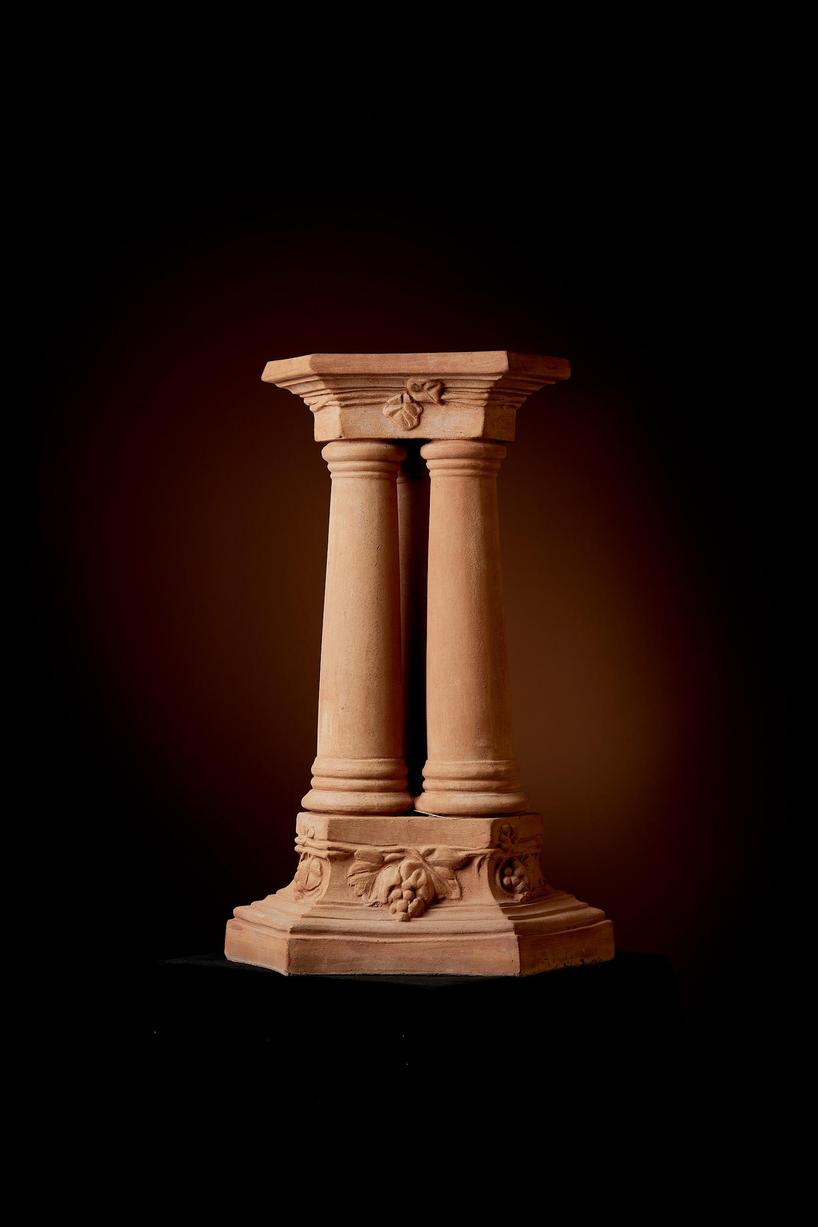 "Sockel ""Drei Säulen"""